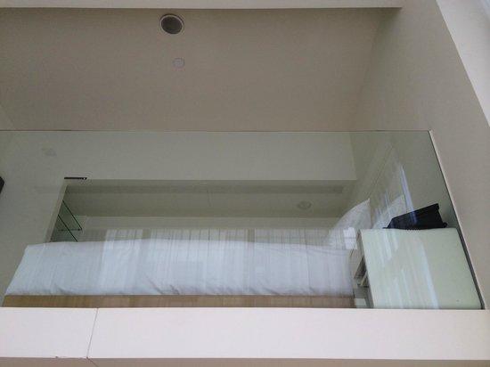 Studio M Hotel: Bedroom at the top
