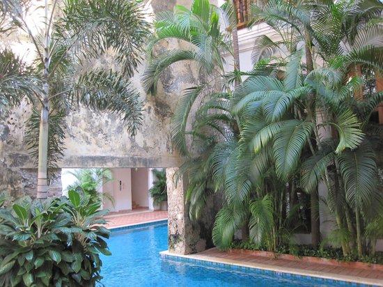 Hotel Casa San Agustin : The pool, the garden, and the ancient wall- Casa San Agustin
