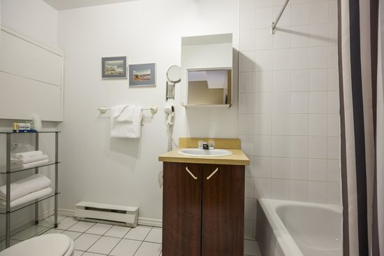 Hotel Quartier des Spectacles: Washroom - studios