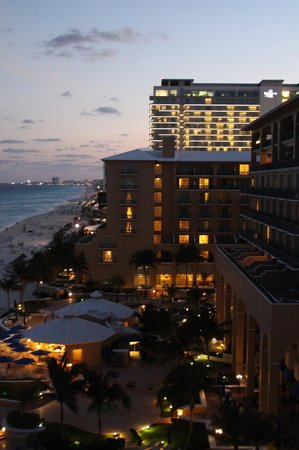 The Ritz-Carlton, Cancun: Sunset view of the hotel