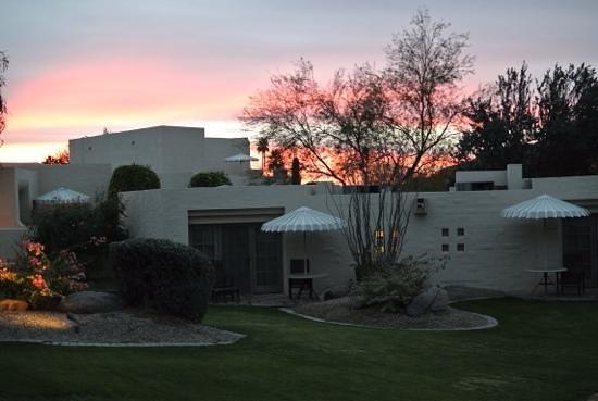 JW Marriott Scottsdale Camelback Inn Resort & Spa: Sunset at the Camelback Inn room's patio