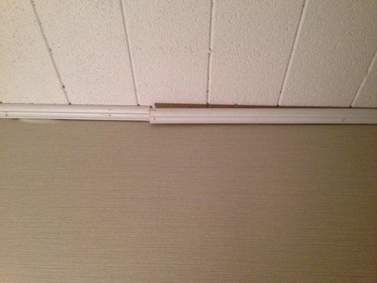 BEST WESTERN PLUS Lockport Hotel: Ceiling falling apart