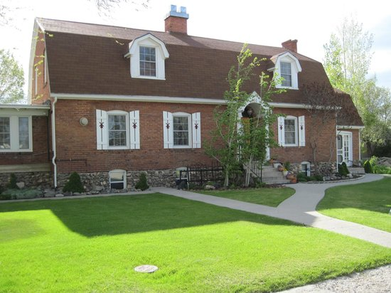 Red Brick Inn of Panguitch B&B: The Inn from the front