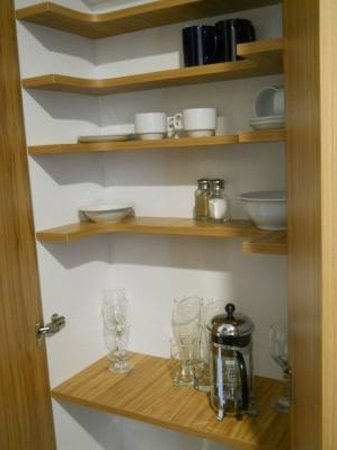 Amross Court Motor Lodge: Dish cabinet