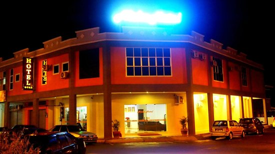 Manjung District, Malaysia: Aloha Hotel night view