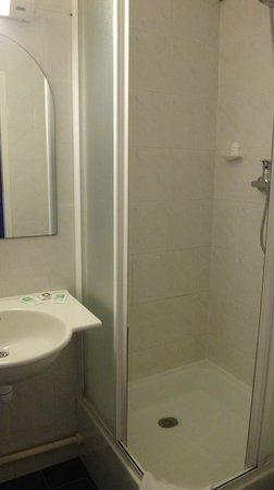 Hotel Roi Soleil Colmar : Banheiro com chuveiro colorido