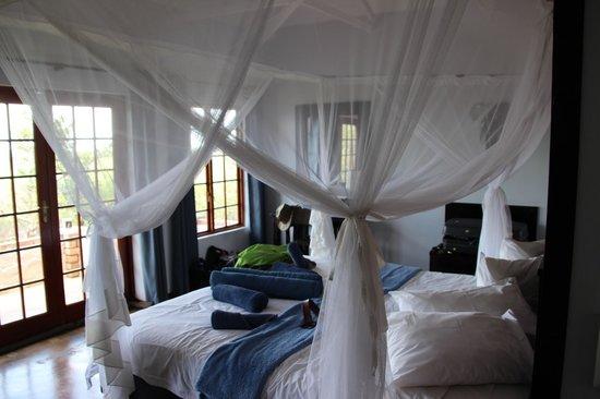 Etosha Safari Lodge: Blick vom Bett mit großem, weiten Moskitonetz