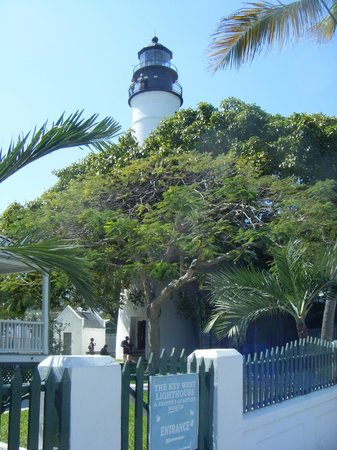 Lighthouse Court Hotel in Key West: Historical lighthouse adjacent to hotel