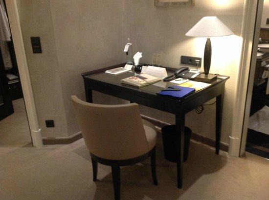 Bayerischer Hof Hotel: Schreibecke