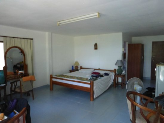 Naithon Beach House: Very clean spacious room with bath and hot water shower
