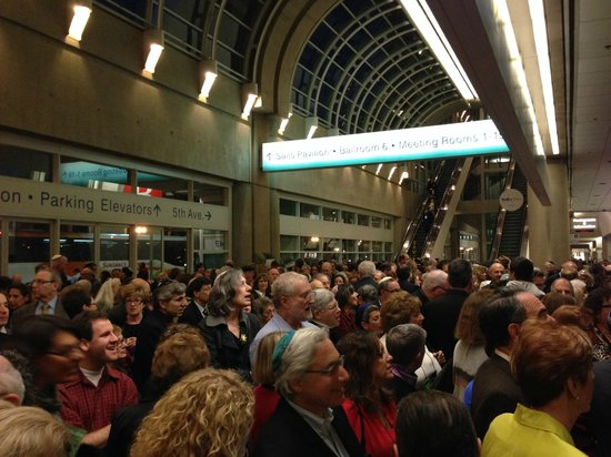 Marriott Marquis San Diego Marina: group waiting on main level to get into the main hall.  Huge huge huge area