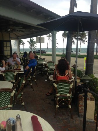 Casablanca Cafe: Terrace dining and drinking with an ocean and sidewalk view
