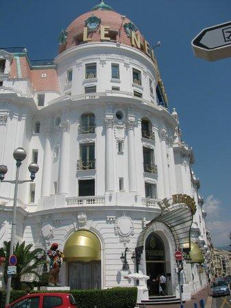 Hotel Negresco: Frontside of the hotel - 2