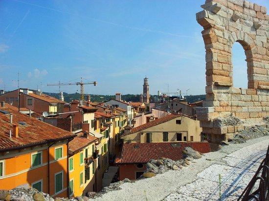 Giulietta e Romeo Hotel : Depuis les arènes, la rue de l'hôtel