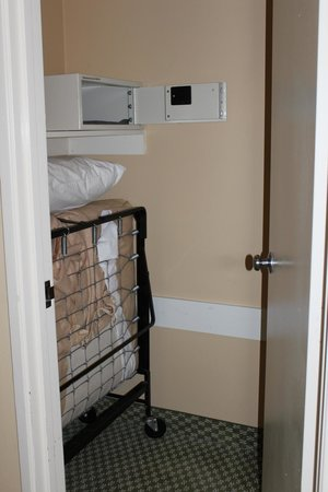 Howard Johnson Anaheim Hotel and Water Playground: Closet with safe, roll out, etc