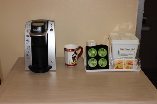 Howard Johnson Anaheim Hotel and Water Playground: Keurig Coffee and Pot