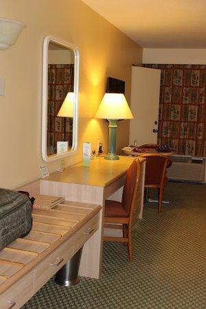 Howard Johnson Anaheim Hotel and Water Playground: Sitting area, desk