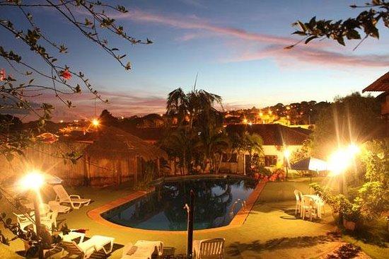 Hotel Vivenda Das Cachoeiras : Piscina ao Entardecer