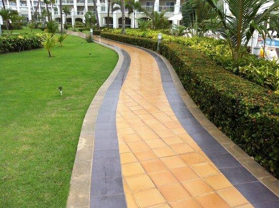 Hotel Riu Palace Bavaro: de zwarte tegels zijn het gladst bij nat weer.