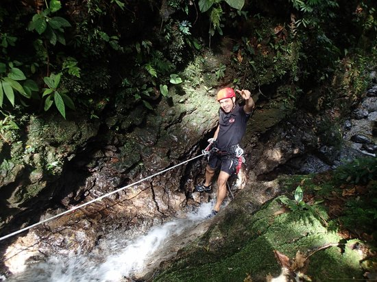 Desafio Adventure Company - Day Tours: Guide Rappelling