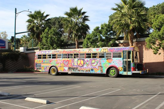 Howard Johnson Anaheim Hotel and Water Playground: Bus in parking lot