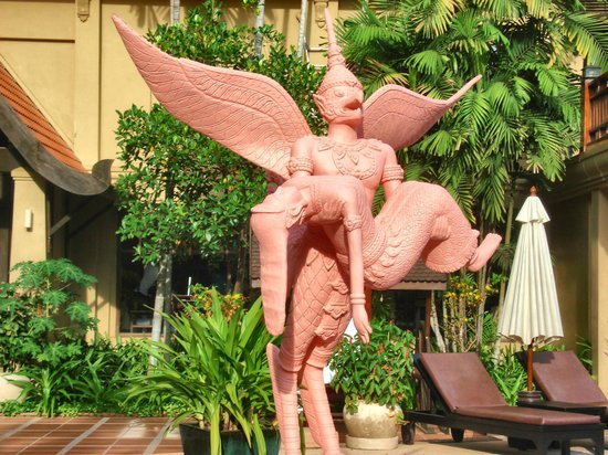 Prince D'Angkor Hotel & Spa: Statue around the pool
