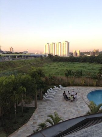 Quality Hotel Jundiai : pool area and view from room