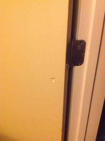 SpringHill Suites Memphis Downtown: Hole in closet door