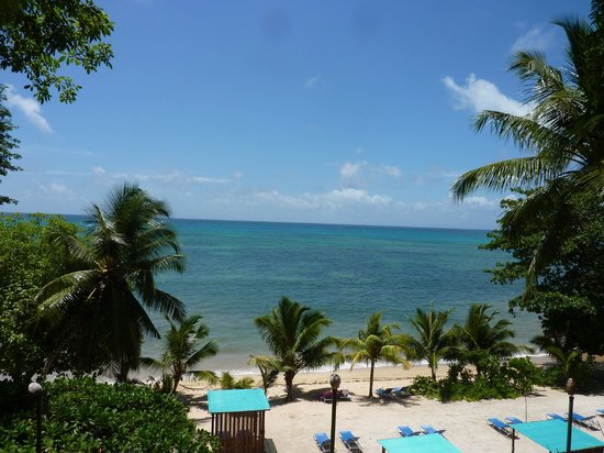 Coco de Mer - Black Parrot Suites : View of the beach from our balcony