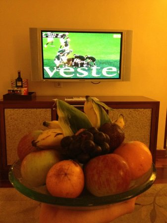 The Laguna, a Luxury Collection Resort & Spa : Welcome fruit and rugby