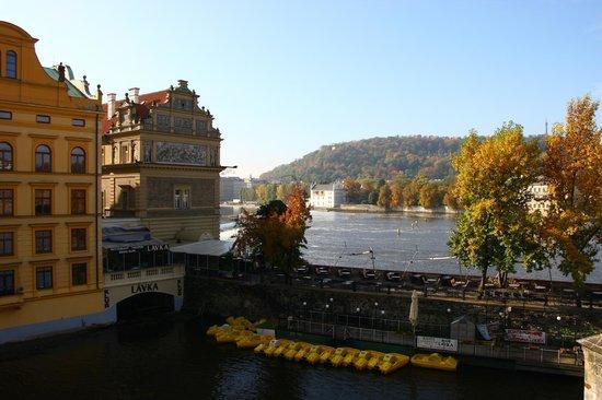 Klub Lavka: Вид на ресторан Лавка с Карлова моста