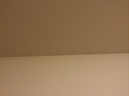 Sejours & Affaires Paris-Vitry: Cracks in the ceiling