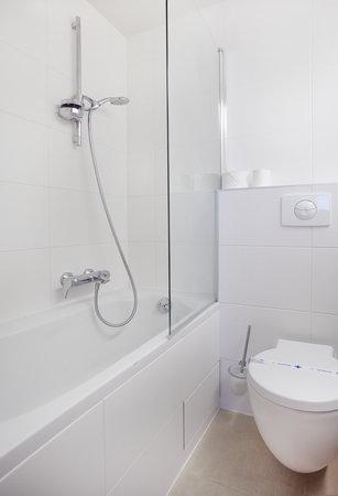 Kyriad Deauville - Saint Arnoult : salle de bain baignoire