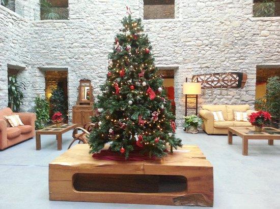 Barcelo Monasterio de Boltana : Claustro interior con decoración navideña