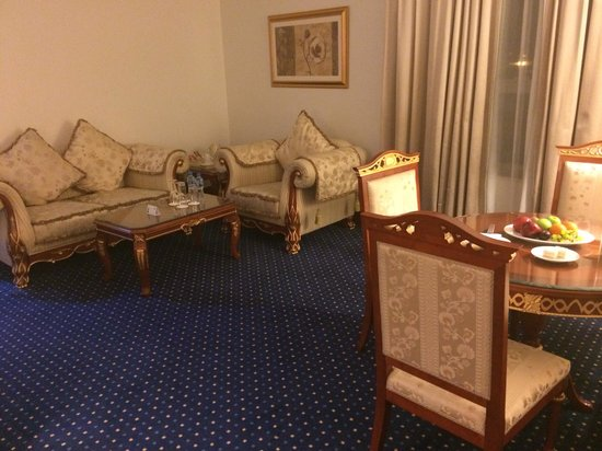 Holiday Inn Bur Dubai - Embassy District: Living room in the suite