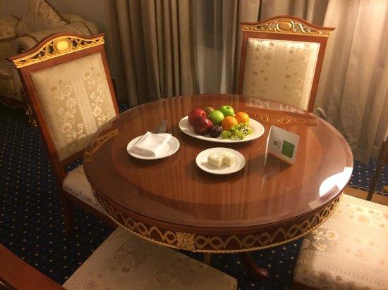 Holiday Inn Bur Dubai - Embassy District: Cake and fruit