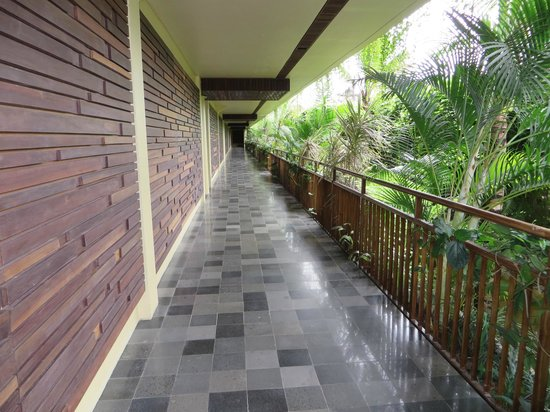 Komaneka at Rasa Sayang: Walkway from pool to rooms/front loby