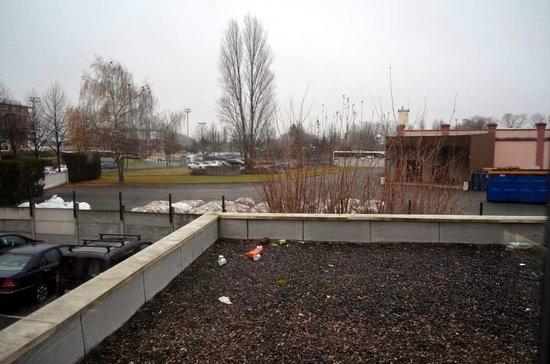 Ibis Budget Strasbourg Palais des Congrès : Terrasse prise pour un dépotoir