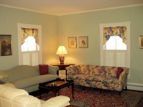 Twin Doors Bed & Breakfast: Relax in our Parlor (FREE Home-baked treats & Beverages)