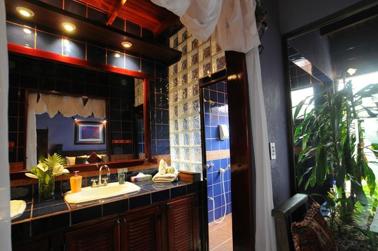 Casa Bella Rita Boutique Bed & Breakfast: Double sink and warm blues in Mariposa Bathroom