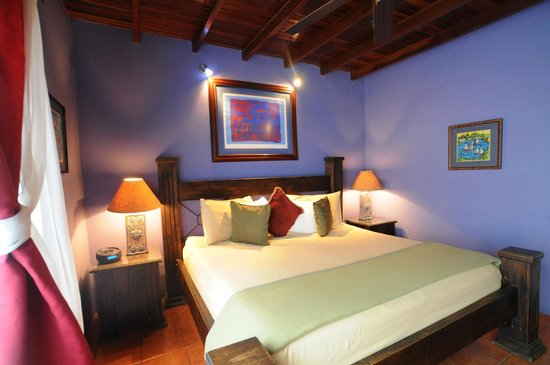 Casa Bella Rita Boutique Bed & Breakfast: Mariposa Room has rich warm blue colors