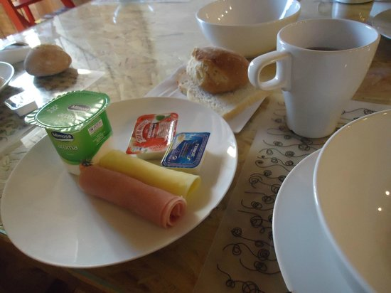 Passport Lisbon Hostel : petit dej: assiette à disposition