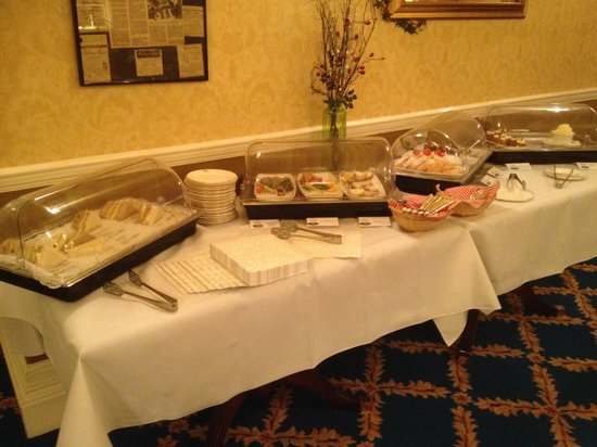 Rothay Manor Hotel: Sandwiches and small cakes for afternoon tea.