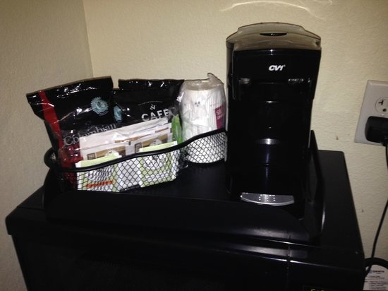Best Western Plus Seabrook Suites: Coffe maker with lots of extra coffee, creamer, etc.