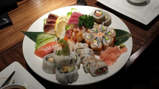 Yo-Ji: Half mixed sashi and half mixed maki. Amazingly stunning tastes.