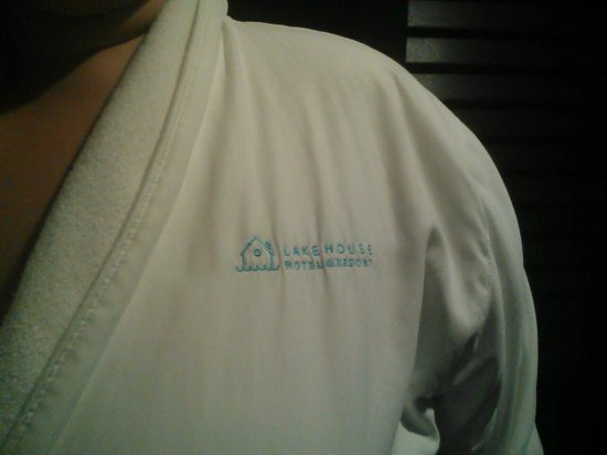 Lakehouse Hotel & Resort: Great robes in the rooms