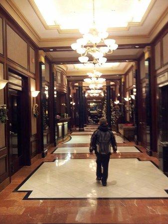 Avalon Hotel: Lobby hallway