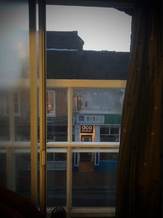 Kings Arms and Royal Hotel: Open Sash Window - Does not close!