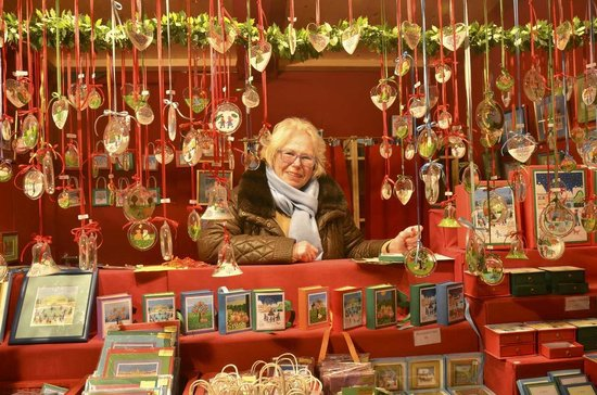 Schoenbrunn Palace Christmas Market : Frau Liesel - a very friendly seller and painter