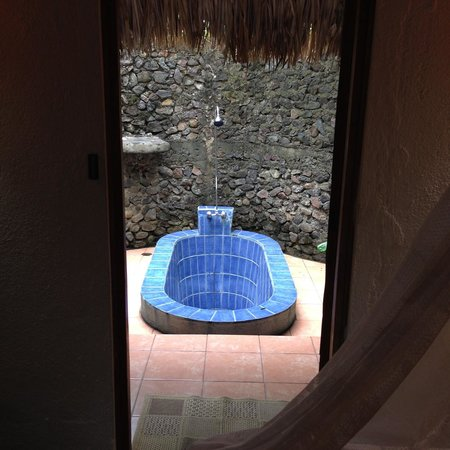 San Simian Eco Lodge: View of garden bath from within Mango room